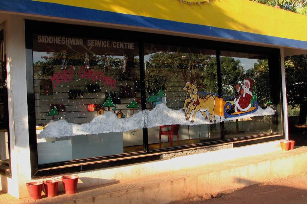 Goan gasstation with a Christmas wish